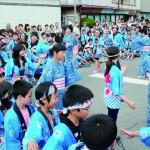 岸野小6年生の女子児童有志のリードで踊った「岸野音頭」