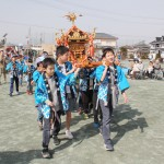 開園式は先月29日に開催。開園を祝い、同区の児童が園内でみこしを担いだ