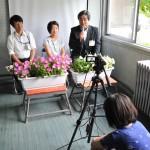 19日、美南ガ丘小の昼の校内放送に小泉俊博小諸市長と小林秀夫市教育長が出演。市のPR動画を各教室で流したほか、甘田放送委員長が小泉市長にインタビューした