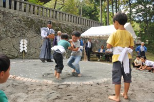 さ・新海神社で子ども相撲