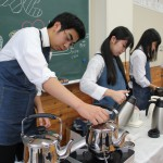 オリジナルコーヒーを丁寧にいれる喫茶担当の生徒たち