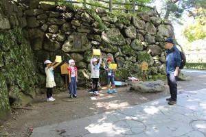 観光客に向け、懐古園の歴史にまつわるクイズを出題する児童たち