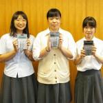 電卓競技に出場する3人。左から内田さん、小川さん、松本さん