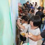 岩村田高美術班の協力で行った「壁画アート」。旧協和保育園舎の壁に子どもたちが思い思いに絵を描いた