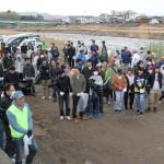 河川敷に集まった大勢の参加者