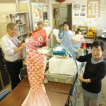 集まった市民からの鯉のぼりを手に喜ぶ遊子の会のメンバー