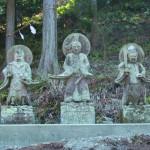 移転した3仏像。中央の仏像には「御岳山」、左には「三笠山」、右には「八海山」の刻字がある