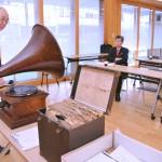 蓄音機やレコードの説明をする牧野さん